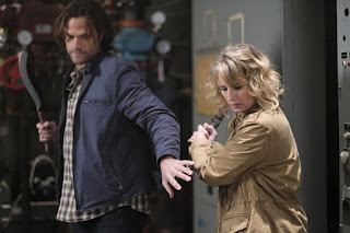 "Jared Padalecki as Sam Winchester and Samantha Smith as Mary Winchester in Supernatural 12x14 ""The Raid"""