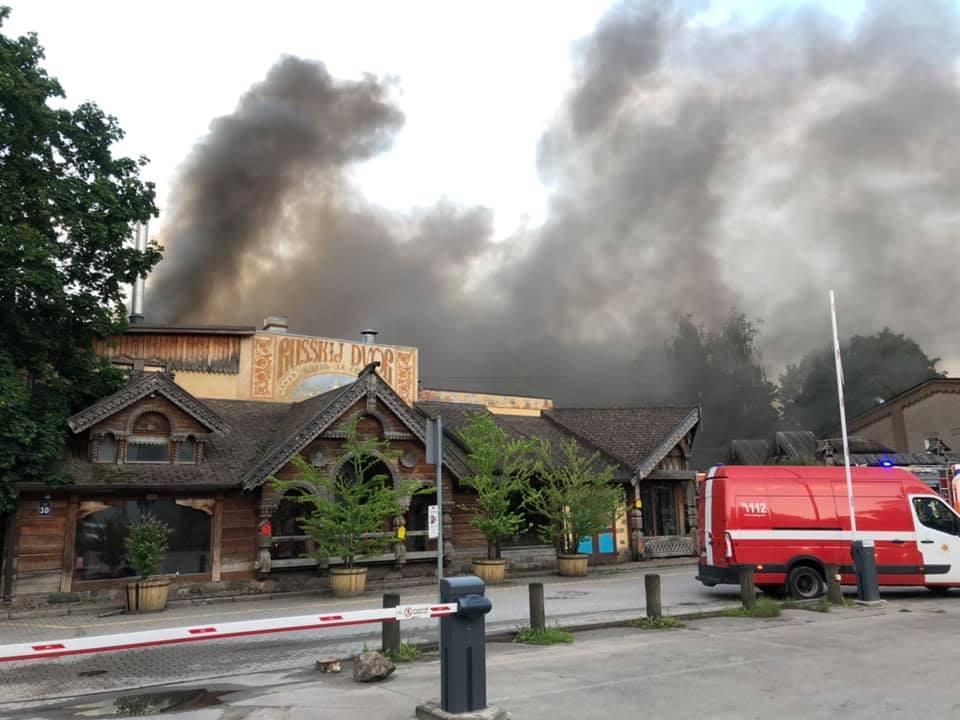 Melni dūmi ceļas virs ēkas