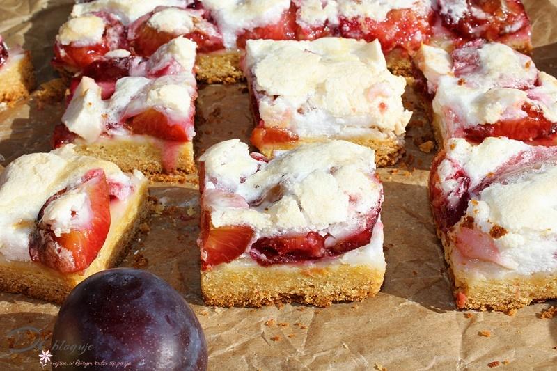 Najlepsze kruche ciasto na miodzie ze śliwkami, jabłkiem i bezą