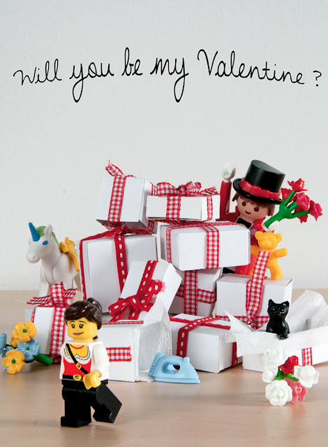 Photo humoristique d'un playmobil amoureux d'un Lego