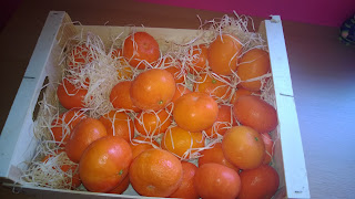 Offene Holzkiste mit Mandarinen