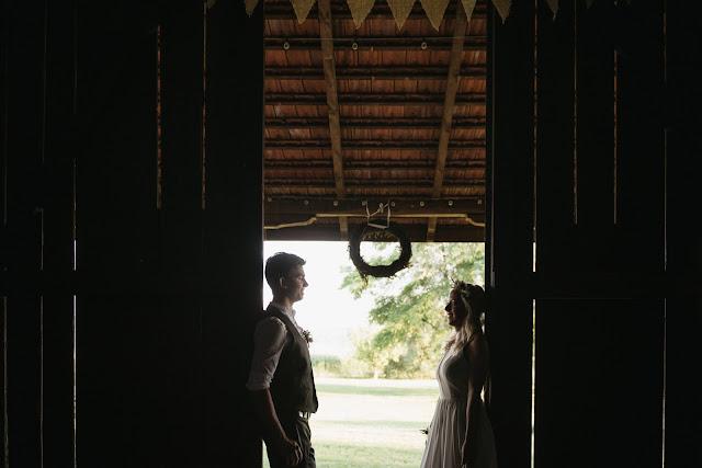 Zdjęcia ślubne w stodole.