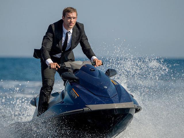 Frank Martin ştie să conducă şi jetski-uri nu doar maşini în The Transporter Refueled.