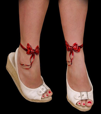 tatuaje de moños rojos en los pies