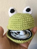 http://www.kapercrochet.com/free-pattern-froggy-pouch/