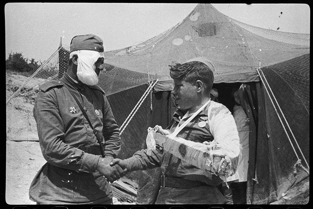 Раненый сержант Гончаренко прощается с раненым Пузановым, отправляющимся в госпиталь, 9 мая 1944 года