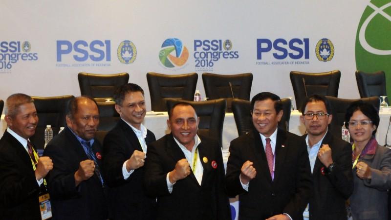 Edy Rahmayadi (tengah) berfoto bersama usai penutupan kongres PSSI