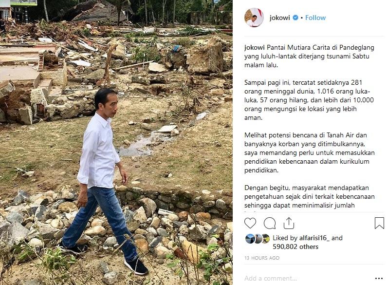 Jokowi di Pantai Mutiara Carita