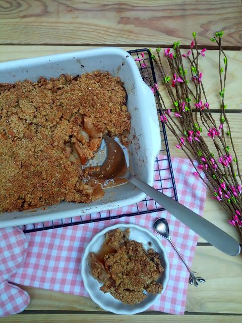 Crumble de peras y manzanas. Canela. Recetas de otoño con horno. Sencilla, saludable, healthy, postre, canela, avena, sana, fácil, rápida, apta para novatos. Cuca