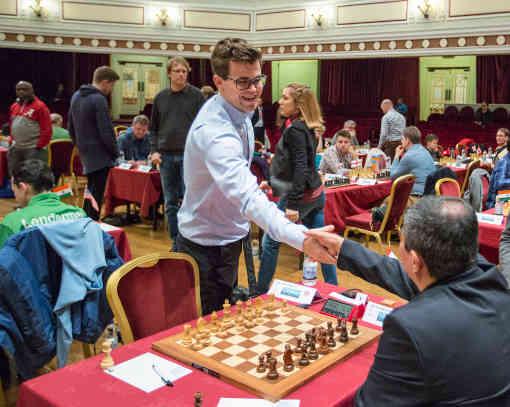 Le début de la ronde 5 avec en table 1 le champion du monde d'échecs en titre Magnus Carlsen (2827) face au Péruvien Julio Granda Zuniga (2653) - Photo © Maria Emelianova