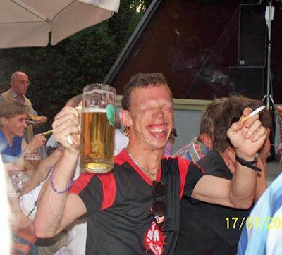 Hässliche Menschen Bilder - Party mit Bier lachen