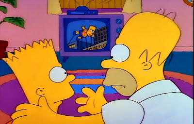 Bart y Homero viendo el desfile por la tele