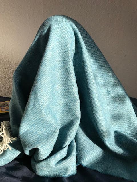 Ein Zimmer für ein Schulkind - Verstecken unter der Wolldecke