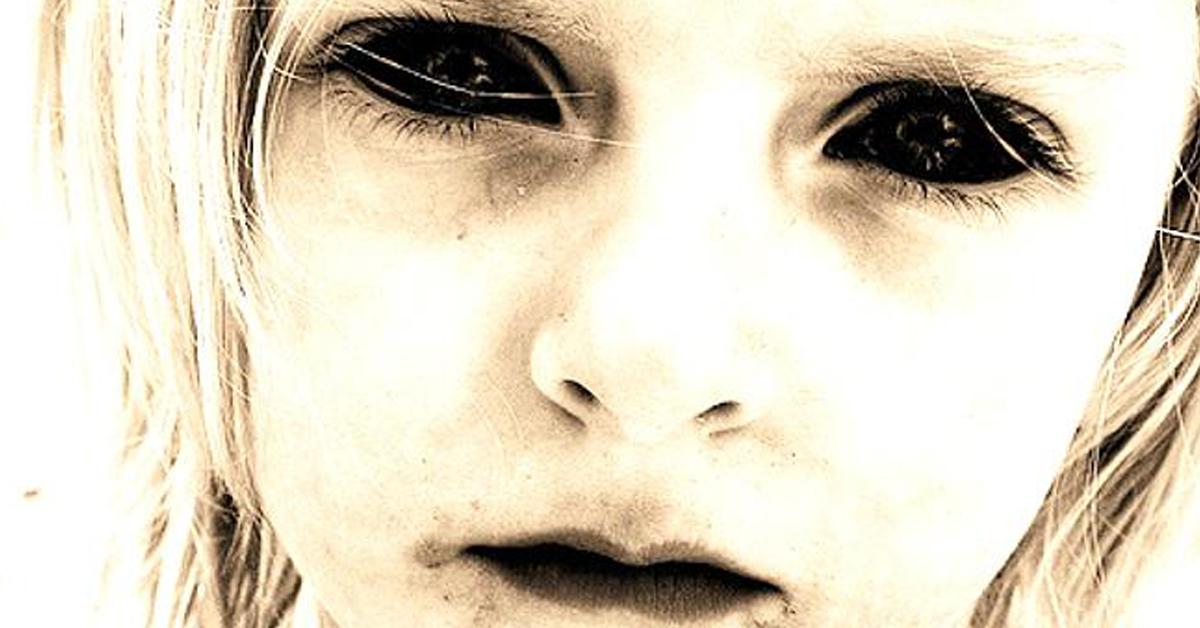 Um fenômeno que recentemente tem assombrado pessoas ao redor do mundo, são  as crianças dos olhos negros, ou BEK s (Black Eyed Kids). 4aaf25f53d
