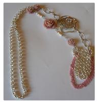 http://cocoatutoriales.blogspot.com.es/2013/04/collar-de-rosas.html