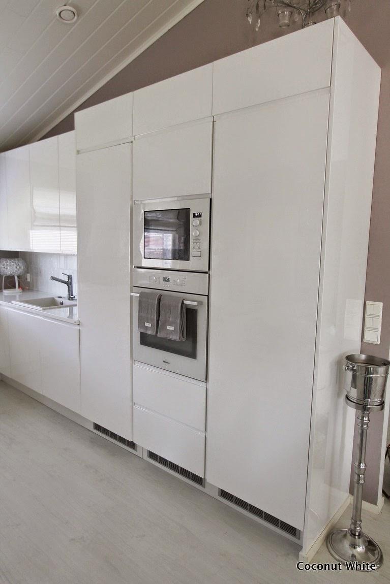 Sambaa sateessa ja kotimme valkoinen, korkeakiiltoinen keittiö  Coconut White
