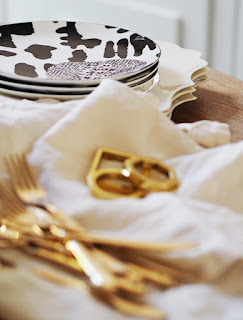 My Summer Dining Room - French For Pineapple Blog - close up of graphic black and white side plates on scalloped edge white dinner plates with linen napkins and gold cutlery and napkin rings