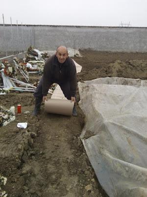 Νέα νεκροταφεία Κατερίνης. Πολίτες τοποθετούν... χαρτόνια και κοντραπλακέ για να κηδέψουν τους συγγενείς τους!!!