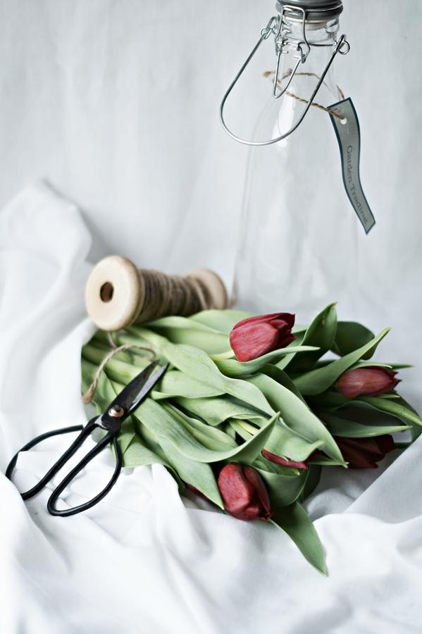 Blog + Fotografie by it's me! - Wohnen - rote Tulpen auf weißen Tüchern drapiert, eine alte Schere