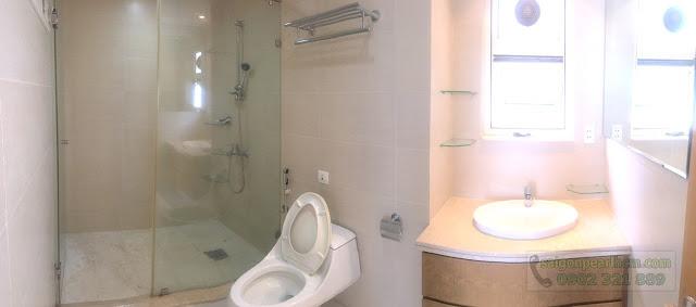 Phòng tắm của căn hộ cho thuê.