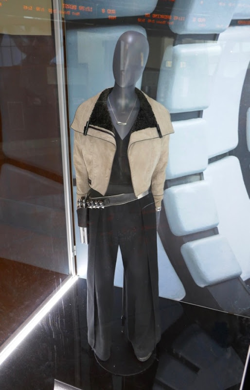 Emilia Clarke Solo Star Wars Qi'ra film costume