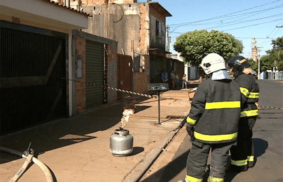 Bombeiros vendo vazamento no botijão a gás