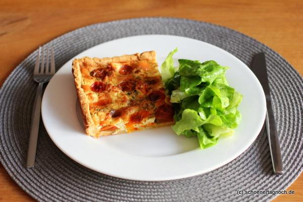 Tomatentarte mit Schaftskäse und grünem Salat
