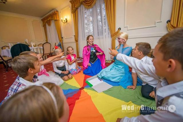 Zabawy na weselu dla dzieci z kolorową płachtą prowadzone przez animatorki z Wytwórni Przyjęć.