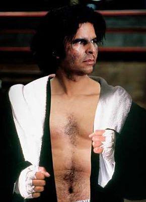 Efraín Medina Reyes con vestimenta de boxeador, negra y un listón blanco