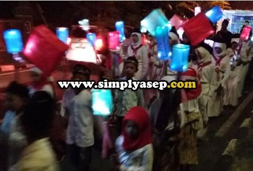 TPA :  Anak anak santri TPA pun ikut larut dalam kegembiraan syiar Takbir Keliling. Padahal acaranya sampai malam loh.  Luar niasa. Foto Asep Haryono