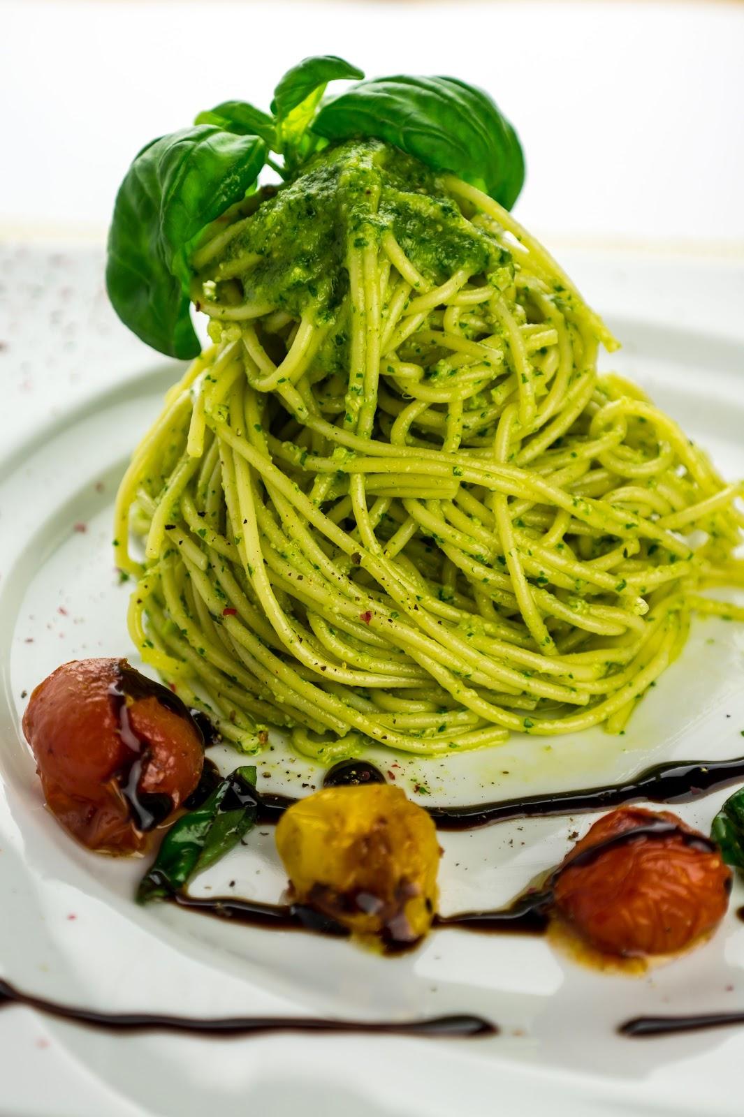 vegan kochen mit j r me eckmeier spaghetti mit rucola pesto an geschmorten kirschtomaten und. Black Bedroom Furniture Sets. Home Design Ideas