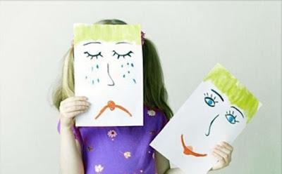 طرق مبتكرة لتربية الأطفال  بنت تحمل وجه مرسوم حزين ووجه يضحك girl small carry smile face sad face emoticon