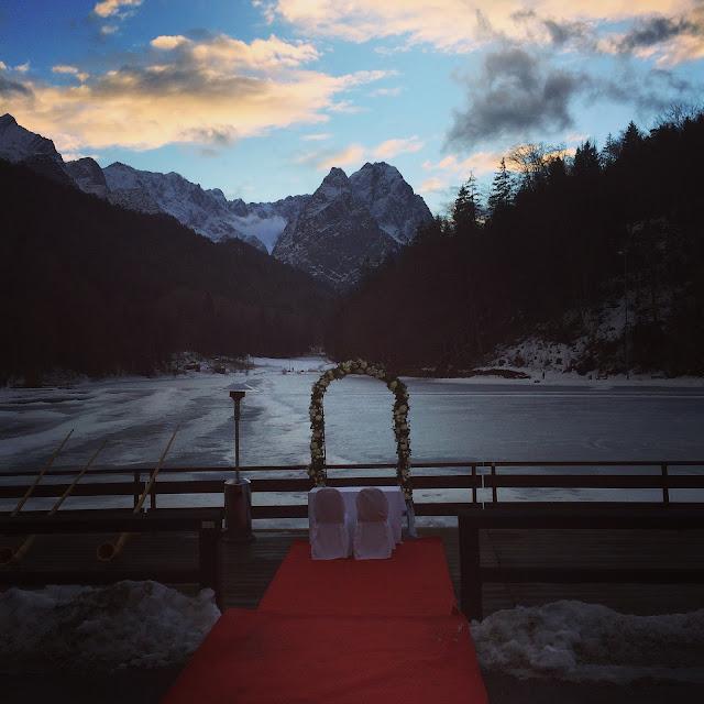 Winterabend über dem Wettersteingebirge, Eisblau und Leuchtrot, Winterhochzeit in den Bergen von Bayern, Riessersee Hochzeitshotel Garmisch-Partenkirchen, Winter wedding in Bavaria, Germany