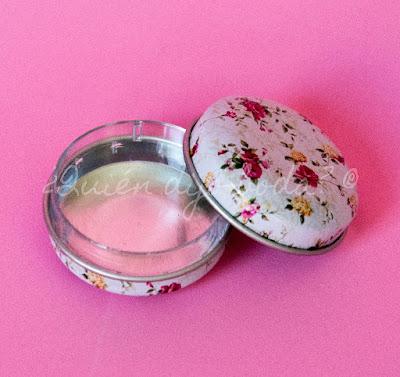 Caja metálica con estampado de flores para contener bálsamo labial, caramelos o pastillas
