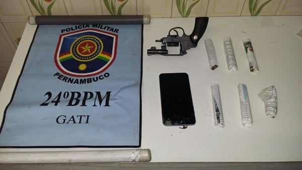 Polícia prende elementos com arma de fogo, droga e moto e celular roubados no distrito de São Domingos
