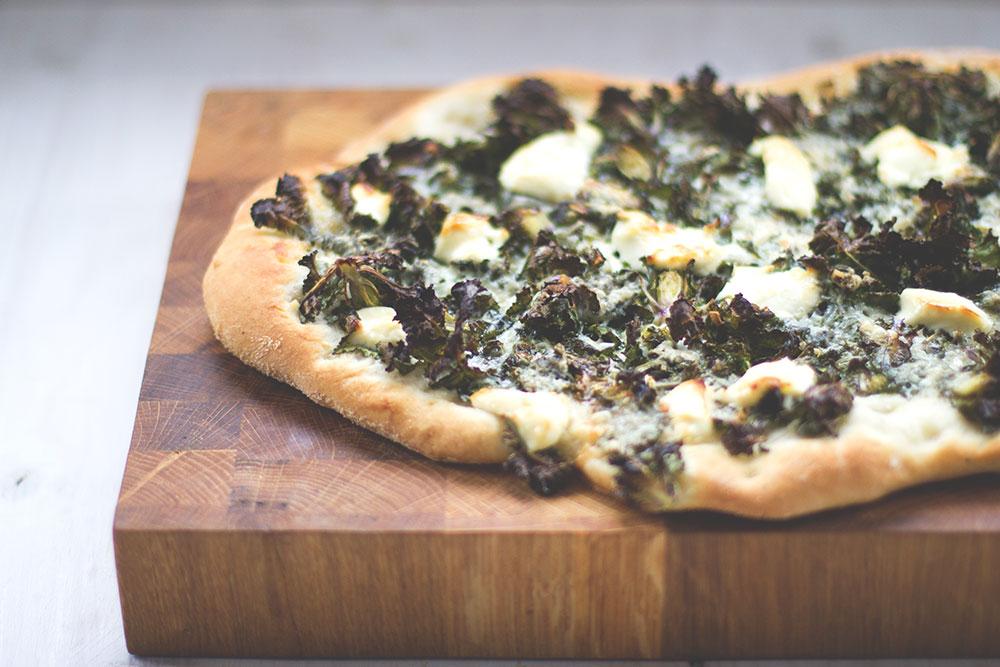 Knusprige Winterpizza mit Kohlröschen, Mascarpone und Gorgonzola