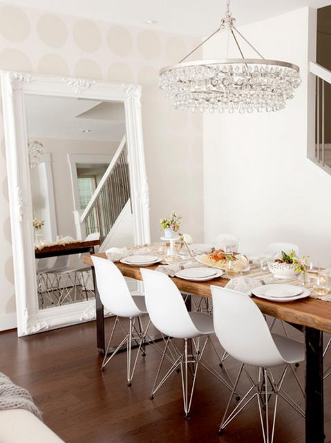 decoração de sala de jantar com espelho grande