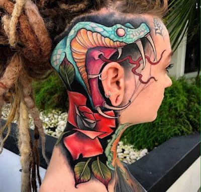 Tatuaje de cobra a color en la cabeza