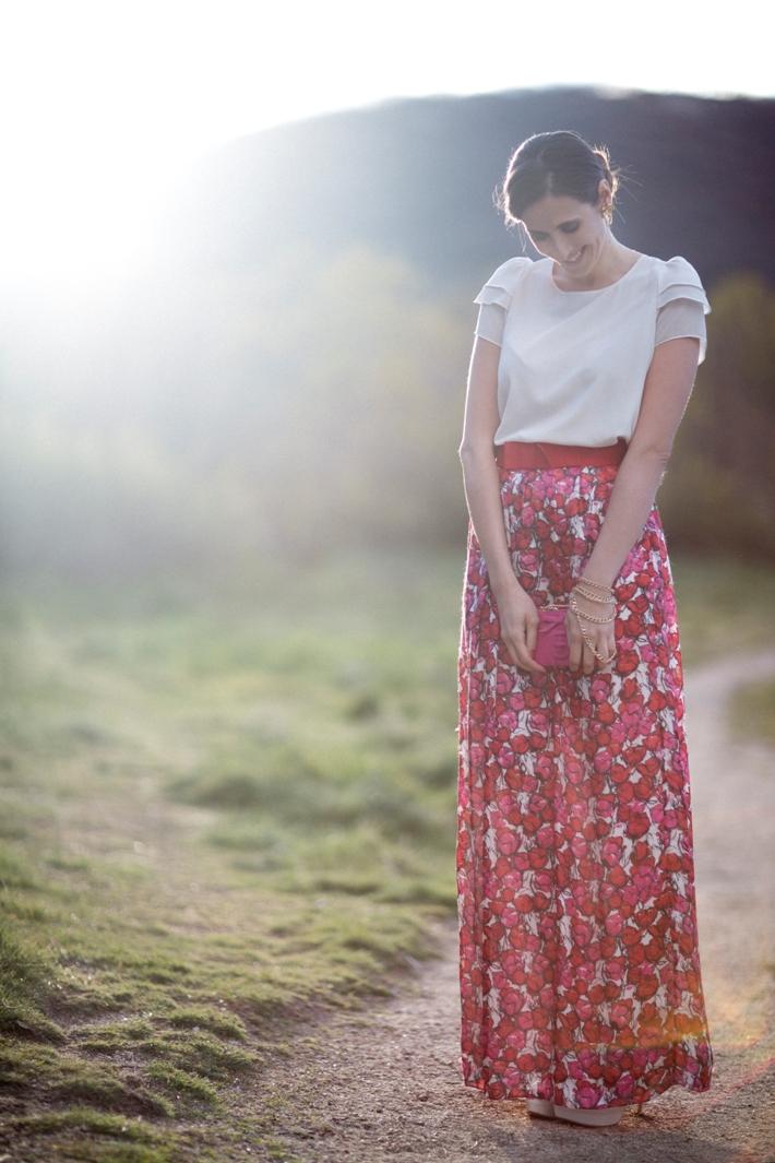 Invitada de boda con falda larga
