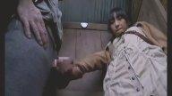 สาววัยรุ่นโดนคนแก่ฉุดเข้าไปเอาในห้องน้ำตอนหลบฝน หนังavญี่ปุ่น