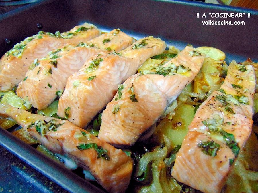 salmón al horno con patatas panaderas