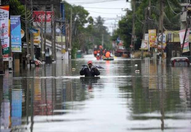 """بالصور الفيضانات تجتاح كولومبو اليوم واكثرمن 200 الف شخص أجبروا علي الخروج من مدينتهم """"كولومبو"""""""