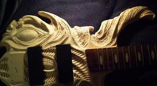 elaboración de guitarras talladas a mano.