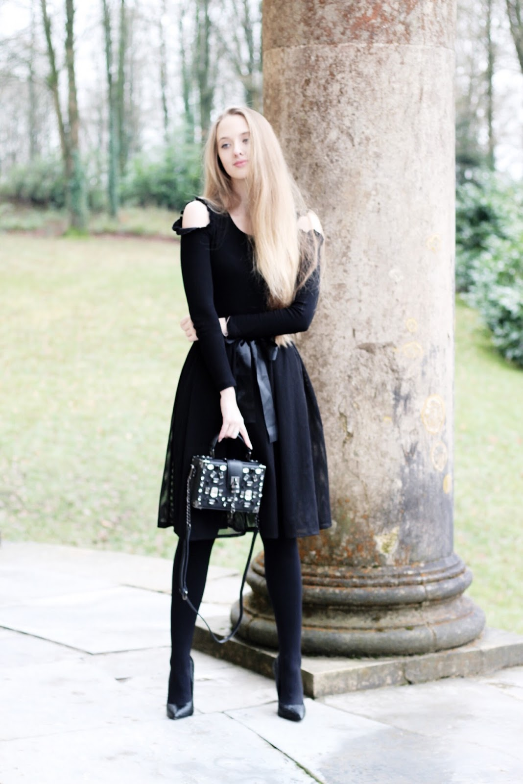 UK fashion blogger all black outfit styling