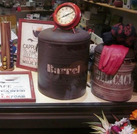 Taburetes barril. Reloj rojo