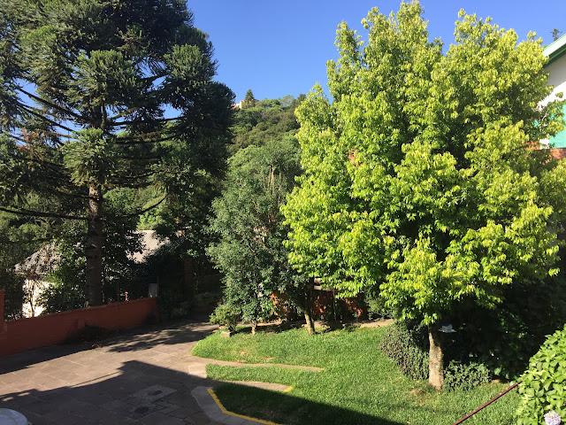 Quintal da Pousada e área de estacionamento.