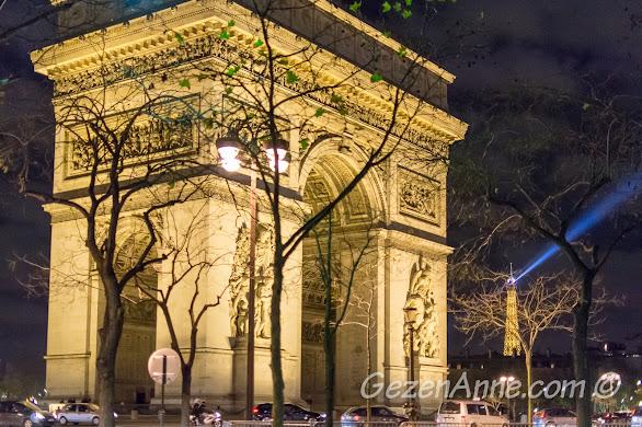 Paris'te gece Arc de Triomphe ve Eyfel kelesi manzarası
