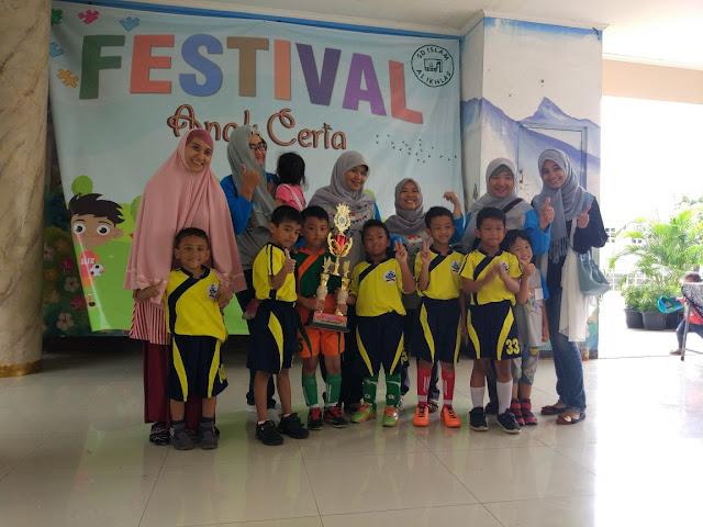 tim futsal tk 2 ypbdn bersama orangtua dan guru