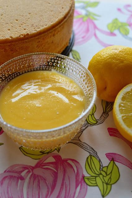 Sokerikakkupohjasta täytekakkuun. Täytteenä itse tehty lemon curd