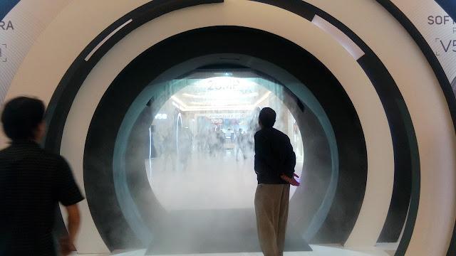 Lorong dengan tabir berupa kabut asap di Acara Vivo V5s Launch - unik!